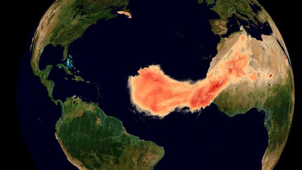 Una gigantesca columna de polvo viaja a través del océano Atlántico