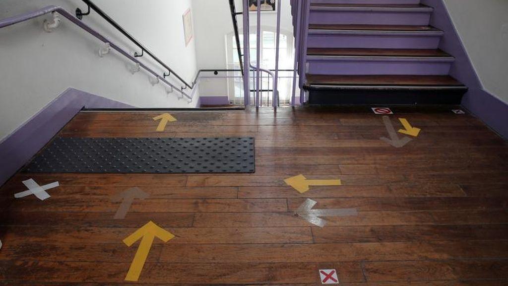 Señales de distanciamiento en las escaleras de un colegio de París