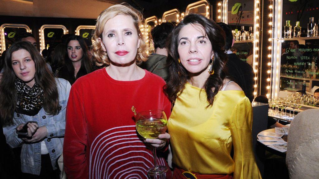Agatha Ruiz de la Prada posando junto a su amiga Carmen Pérez